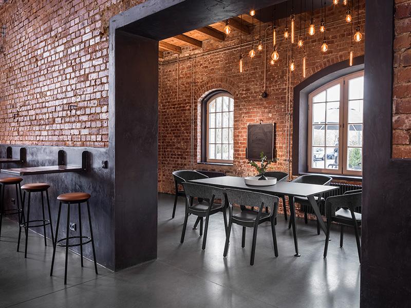 Zeitlos elegant – und dennoch passend für stylische Interieurs ist der Tisch 9500 von Kusch+Co. In dieser Ausführung ganz in Anthrazit mit einer seidenmatten Oberfläche (FENIX) mit Anti-Fingerprint-Eigenschaften. Foto: Kusch+Co