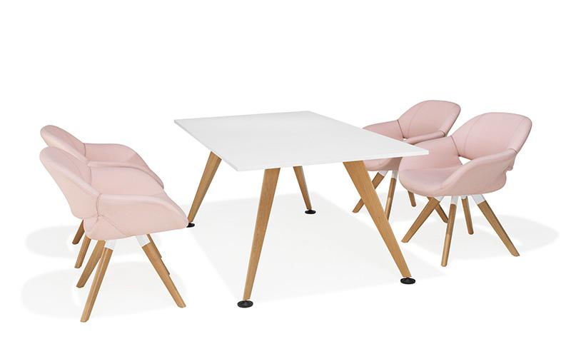 Mit Farbe und Oberfläche verändert sich der Charakter: Feminin, wohnlich und elegant ist das Tischprogramm 9500/9550 von Kusch+Co mit weißer Tischplatte und einem Holzgestell (Buche oder Eiche). Hier zusammen mit dem komfortablen Stuhl Modell Volpe, ebenfalls von Kusch+Co. Foto: Kusch+Co