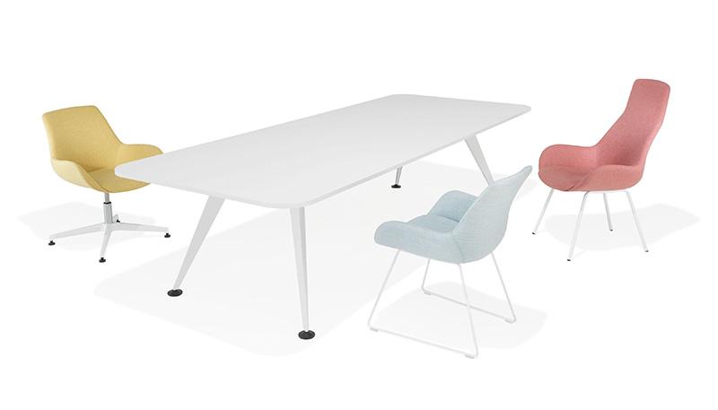 Schlicht und elegant: der weiße Besprechungstisch aus dem Programm 9500/9550 von Kusch+Co. Zur Besonderheit des Systems zählt die mögliche Spannweite von bis zu vier Metern mit viel Bein- und Bewegungsfreiheit. Foto: Kusch+Co