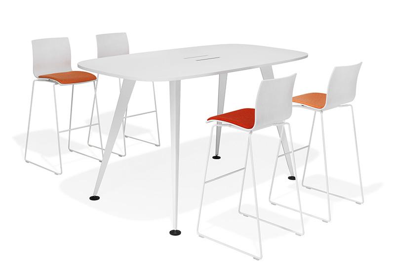 Perfekt für informelle Meetings ist der High table des Programms 9500/9550 von Kusch-Co. In dieser Ausführung mit mittiger Elektrifizierung Foto: Kusch+Co