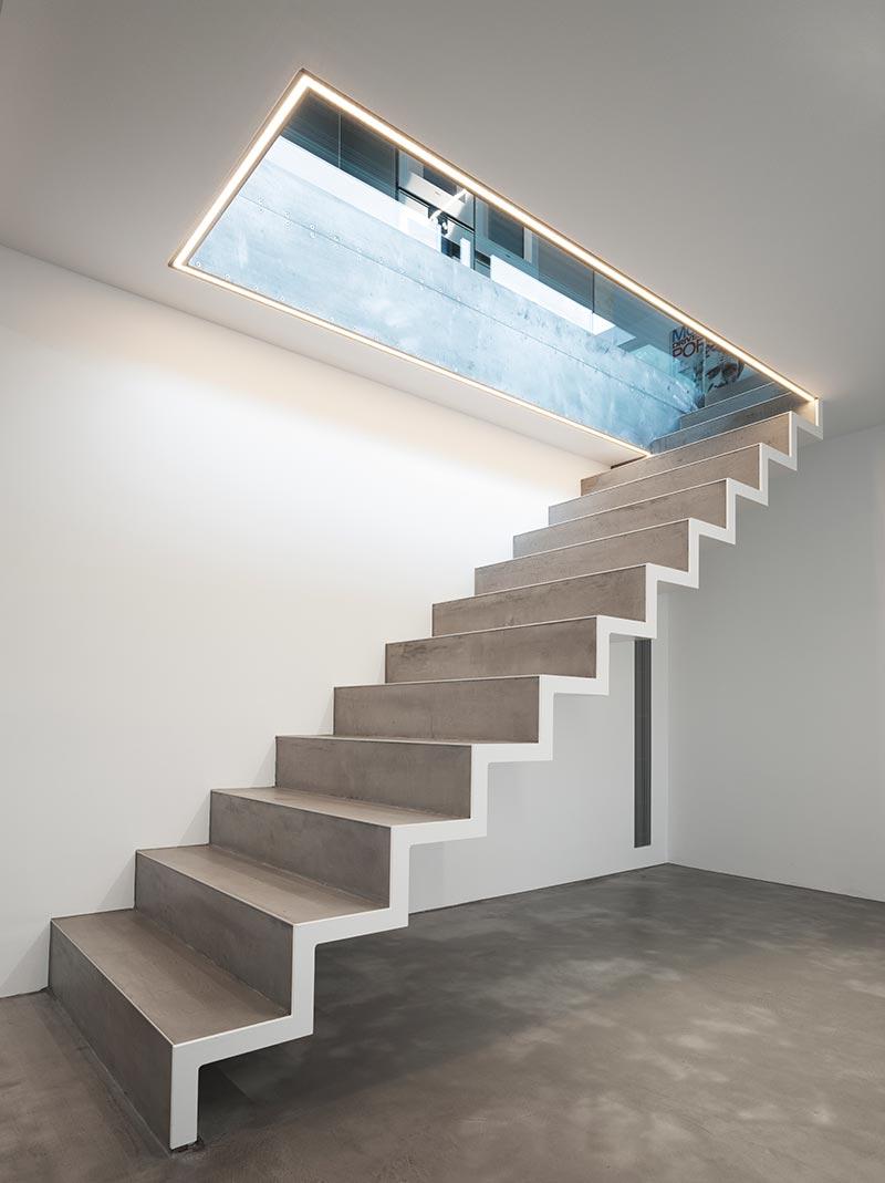 Das zwecks Anbindung der Wohnung im unteren Geschoss neu geschaffene Treppenauge wird an der Unteransicht von Underscore-Lichtlinien konturiert. Sie sorgen gleichzeitig für eine ausreichende Beleuchtung der Stufen. Foto: David Franck, Stuttgart