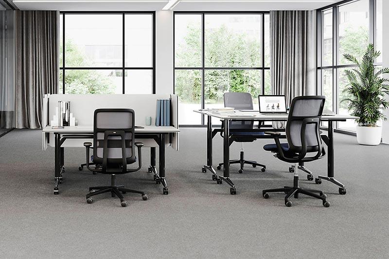 Die Netzbespannung des AT Mesh unterstreicht die wie aus einem Stück gewachsene Gestellstruktur des neuen Free-to-Move-Stuhls - hier als ESP-Modell zur Förderung der Steh-Sitz-Dynamik. Abb.: Wilkhahn
