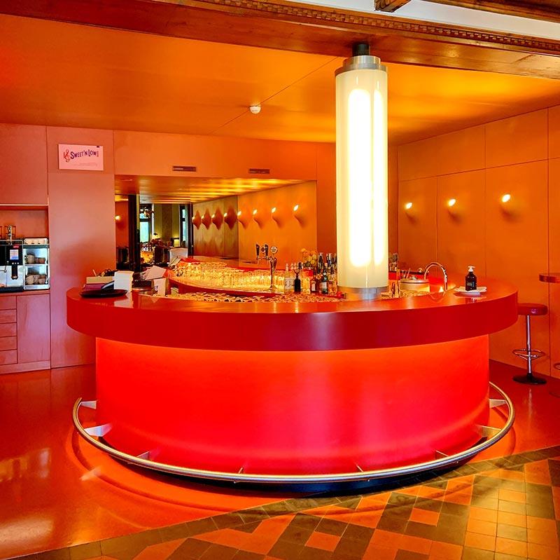Die legendäre Roten Bar, gestaltet von der Schweizer Künstlerin Pipilotti Rist und der Architektin Gabrielle Hächler