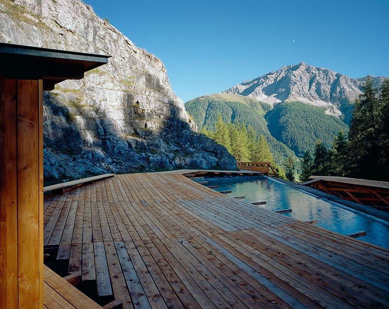 Das Felsenbad von Tadashi Kawamata mit «Reflecting Pool»,umgeben von einer Holzplattform.