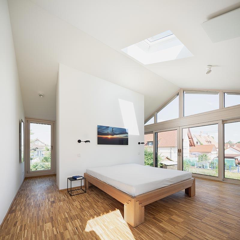 Eine ultradeckende, hochergiebige Sol–Silikatfarbe fand Verwendung in der oberen Etage: Mit weißen Wänden und Stäbchenparkett ist diese Etage wesentlich reduzierter gestaltet als das Erdgeschoss. Foto: Daniel Vieser. Architekturfotografie