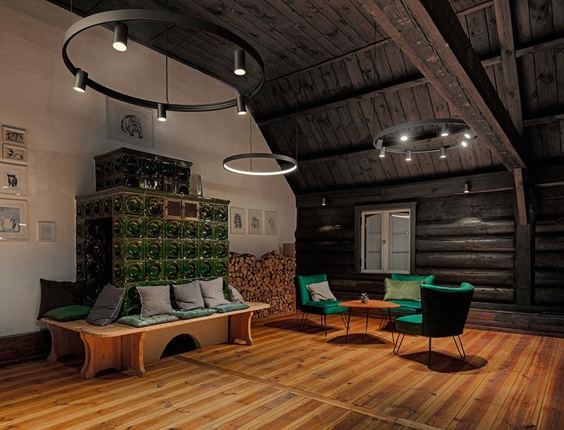 Die leuchtenden Innenringe und die Spy On-Strahler der Superloop von Delta Light heben Farbe und Materialität der authentisch belassenen Holzdielen hervor. Bildquelle: Michael Tewes Photographie