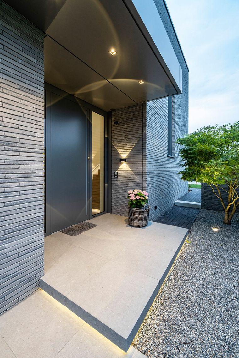 Vision-Wandleuchten akzentuieren die verklinkerte Fassade und spielen mit dem herauskragenden Dach über dem Eingangsportal. Die Grundbeleuchtung erfolgt über Carree X LED-Deckenstrahler. Bildquelle: Arnd Haug für Delta Light