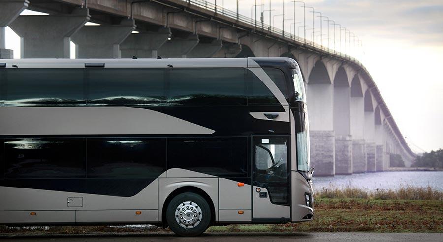 Individuell konfigurierbar und mit einer Vielzahl möglicher Ausstattungsalternativen – das ist der neue Doppeldecker-Reisebus Volvo 9700 DD. Sein Antriebsstrang mit dem 11-Liter-Motor D11K460 (339 kW/460 PS) und dem I-Shift-Getriebe von Volvo trägt zu einem hervorragenden Fahrverhalten und besten Handling-Eigenschaften bei, während zugleich ein niedriger Kraftstoffverbrauch erzielt wird.