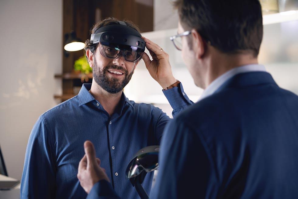 Einsatz der HoloLens-Brille: So erleben Kunden ihre Küche bei sich zuhause, noch vor der Kaufentscheidung! Die Brille projiziert ein Hologramm der Planung in den Raum und lässt genau sehen, wie die Küche später aussieht. Bildquelle: küchenquelle
