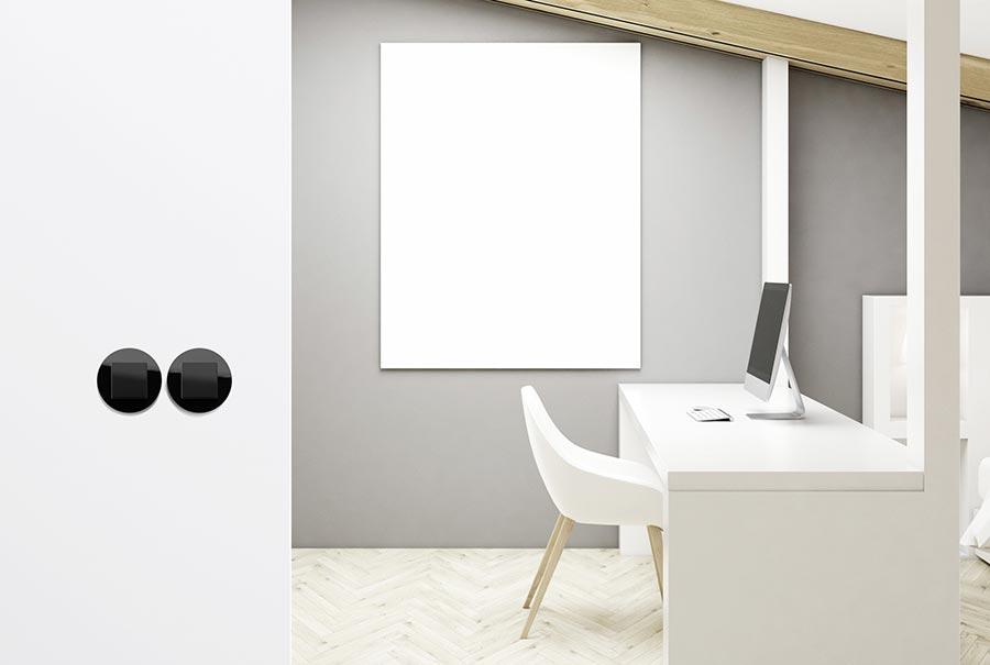 Für die Unterputzinstallation stehen Abdeckrahmen 1- bis 3fach in Glas Weiß und Glas Schwarz zur Verfügung. Bildquelle: Gira